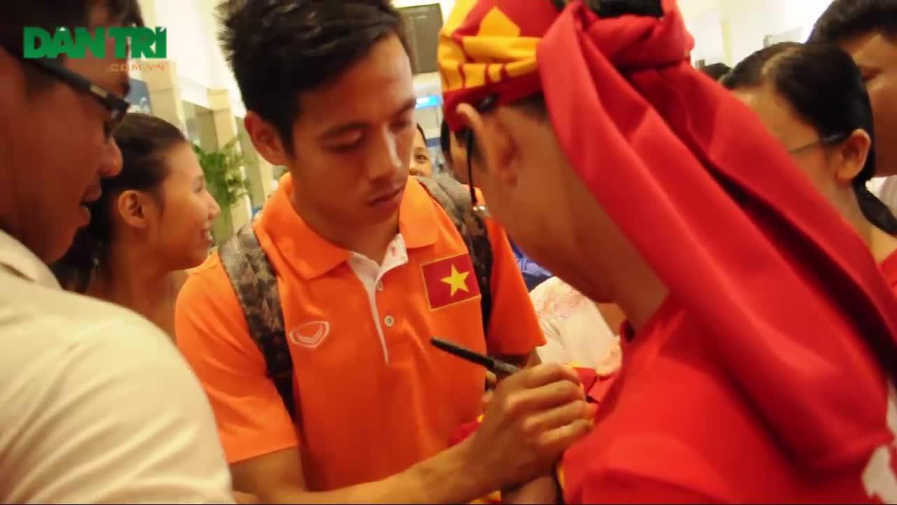 Người hâm mộ chào đón Đội tuyển Việt Nam chiến thắng trở về