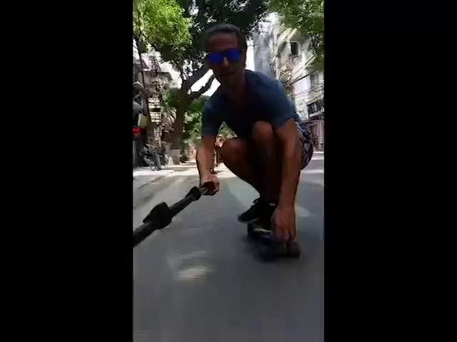 Hà Nội: Ông Tây bám xe máy trượt ván trên phố