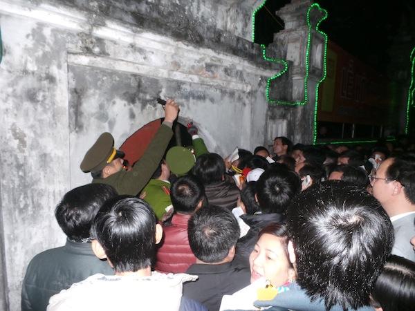 Chen lấn kinh hoàng, cơn mưa tiền lẻ tại lễ khai ấn Đền Trần
