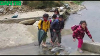 Học sinh lội suối đến trường