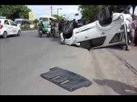 Ô tô tông gãy cột điện, lật ngửa trên đường