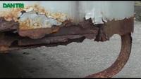 """Hà Nội: """"Siêu xe"""" bị bỏ rơi gần chục năm dưới nắng mưa"""