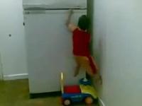 Clip em bé leo lên tủ lạnh thoăn thoắt như người Nhện