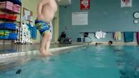Cậu bé 3 tuổi lặn xuống đáy bể bơi tìm lấy đồ chơi