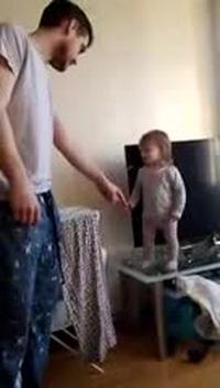 Cuộc tranh luận đáng yêu của bé con và bố