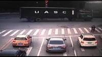 Xe tải đâm ô tô kịch tính như trong phim