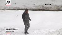 Núi băng phun nước gây thích thú cho người xem