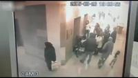 """""""Phóng uế"""" giữa hành lang bệnh viện rồi thản nhiên bỏ đi"""
