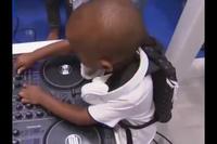 Chàng DJ tuổi đeo bỉm gây bão tại Nam Phi