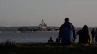"""Chiêm ngưỡng tàu sân bay Mỹ phải neo ngoài khơi Anh vì quá """"khủng"""""""