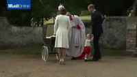 Hoàng tử bé nước Anh cực đáng yêu trong lễ rửa tội em gái