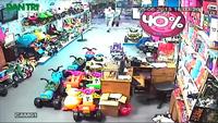 Nghi án người nước ngoài trộm tiền chuyên nghiệp trong cửa hàng đồ chơi