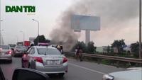 Hà Nội: Ô tô 7 chỗ bốc cháy dữ dội trên đường cao tốc
