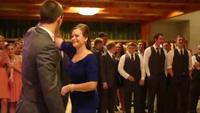 Mẹ và con trai nhảy tưng bừng mừng đón cô dâu