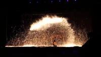 Rùng rợn tập tục tắm mình trong cơn mưa kim loại nóng chảy