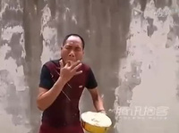 Xem dị nhân ở Trung Quốc ngậm mùn cưa…thổi ra lửa