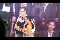 Đoan Trang quấn quít bên chồng con