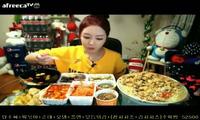 """Một cô gái Hàn Quốc tham gia trào lưu """"mok-bang"""""""