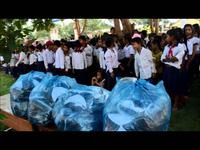 Trao hàng trăm bộ đồng phục và dụng cụ học tập đến học sinh xã Xy