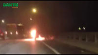 Hà Nội: Ô tô bốc cháy dữ dội trên cầu Thanh Trì