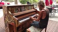 """Nghệ sỹ dương cầm vô gia cư """"gây sốt"""""""