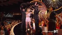 """Taylor Swift khuấy động sân khấu VMA với """"Shake It Off"""""""