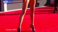 Miley Cyrus đọ sắc với Taylor Swift trên thảm đỏ