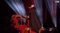Madonna ngã nhào khi đang biểu diễn trên sân khấu