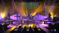Hilary Duff trình diễn sôi động trên sân khấu
