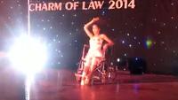 Nữ sinh Luật múa trên xe lăn