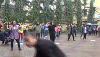 Sinh viên trường Nhân Văn đội mưa nhảy flashmob ủng hộ phái yếu