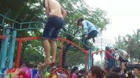 Video hàng trăm người chen lấn, leo rào vào Công viên nước Hồ Tây