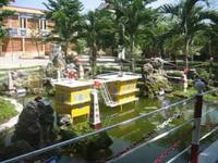 Học sinh trường Nguyễ Đức Thiệu (huyện Đại Lộc, Quảng Nam) giới thiệu về biển đảo với mô hình trước sân trường
