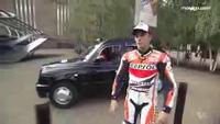 Marquez đi mô-tô qua sông Thames
