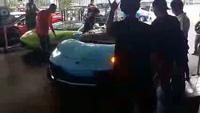 Siêu xe Aventador chật vật leo dốc