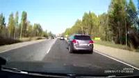 Xe con lách ẩu khiến hai xe tải gặp nạn