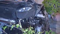 Xe BMW đâm xuyên nóc nhà, tài xế bỏ trốn