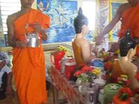 Xem tắm Phật trong Tết cổ truyền Chôl Chnăm Thmây của đồng bào Khmer