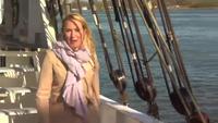 Nữ phóng viên dính tai nạn ngã lộn cổ xuống sông