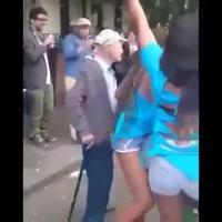 Ông cụ mê mẩn cô gái nhảy
