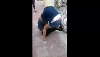 2 nữ sinh Quảng Ninh đánh nhau dữ dội, bạn bè đứng ngoài cổ vũ