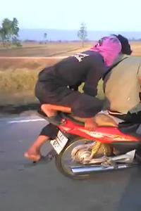 Dân tổ 'trồng cây chuối' ngay trên xe máy