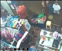 Nam thanh niên trộm điện thoại trong cửa hàng thời trang