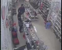 Hình ảnh tên trộm trong cửa hàng tạp hóa bị camera ghi lại hình