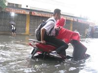 """Hà Nội: Đường ngập sâu, dòng phương tiện lại """"bơi"""" trên phố"""