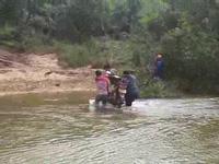 """Bình Định: Cô giáo vượt đèo, lội suối, ăn rau rừng """"cõng chữ"""" đến với trẻ vùng cao"""