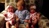 Em bé bối rối khi lần đầu gặp cặp song sinh