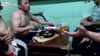 Người đàn ông cháy mồm vì uống rượu Vodka lửa