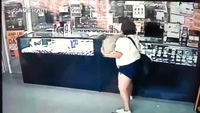 Nữ tặc trộm đồ tụt cả quần