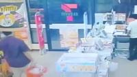 2 tên trộm bày mưu lấy đồ trong siêu thị